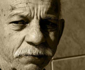 悲しい顔の老人