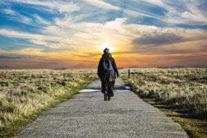 地平線に向かい歩く男性