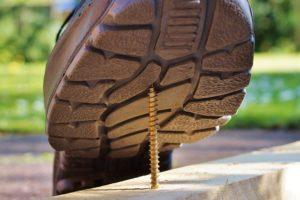 釘を踏みそうな足