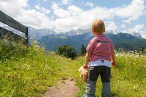山を見つめる子供