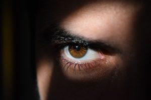睨む男性の目