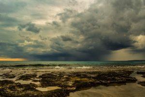 曇り空と海