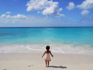 綺麗な海と空と少女