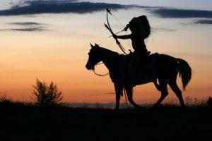 馬に乗るネイティブアメリカンの影