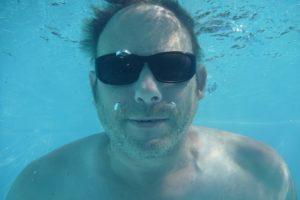 水中で息を止めている男性
