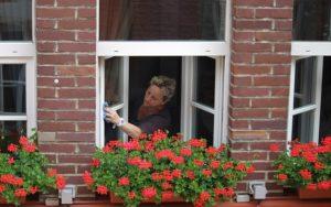 窓を掃除する老人