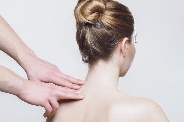 肩を指圧される女性