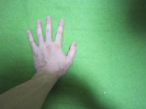 床に手をつく左手