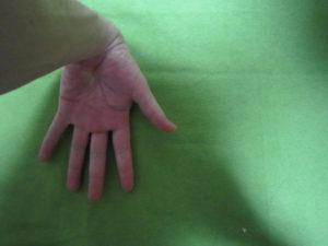 手のひらを上にして床に手を付ける
