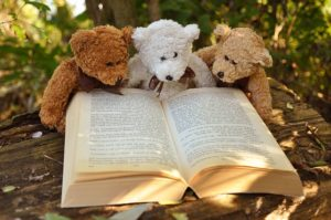 本を読む3つのクマのぬいぐるみ