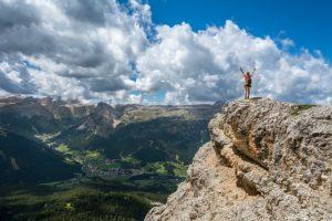 崖の上に立つ人